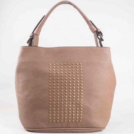 Дамска стилна чанта с ефектни капси на известния френски производител David Jones в кафяв цвят cm2743k