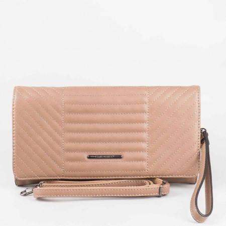 Дамска стилна чантичка с атрактивна визия на известния френски производител David Jones в кафяв цвят cm2798k