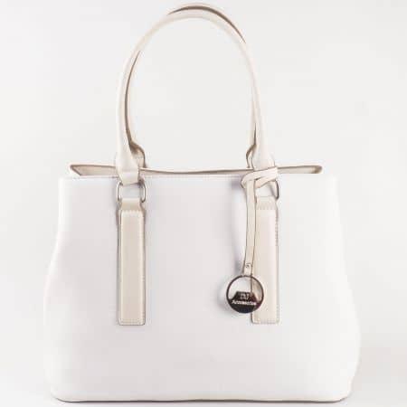 Дамска атрактивна чанта с метална висулка на френския производител David Jones в бяло cm3066b