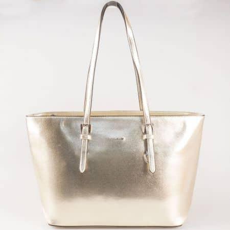 Дамска златиста чанта с изключително атрактивна визия на френския производител David Jones  cm3093zl