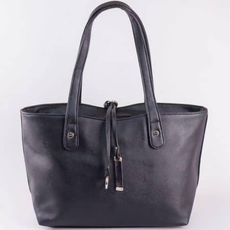 Дамска чанта за всеки ден с изчистена визия и две висулки на френския производител David Jones в черен цвят cm3106ch