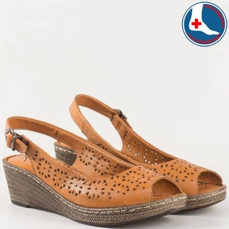 Перфорирани дамски сандали в кафяво на шито клин ходило с ортопедична стелка- Loretta от естествена кожа изцяло l52630k