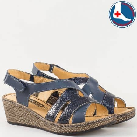 Комфортни дамски сандали в син цвят с лепка на шито клин ходило с кожена ортопедична стелка- Loretta от естествена кожа с кроко мотив в син цвят l5790s
