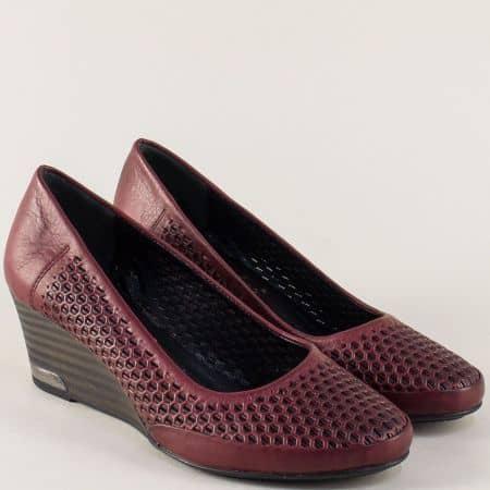 Перфорирани дамски обувки на клин ходило в цвят бордо m10bd