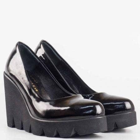 Дамски стилни обувки изработени изцяло от естествени материали - лак и кожа в черен цвят m215lch
