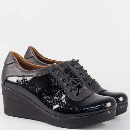 Черни дамски обувки с връзки от естествена кожа и кроко лак на клин ходило m706krch