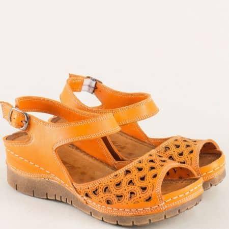 Кожени дамски сандали в оранж с перфорация и катарама ma102o