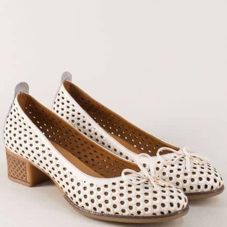 Кожени дамски обувки в бежаво на среден ток с перфорация nn21bj