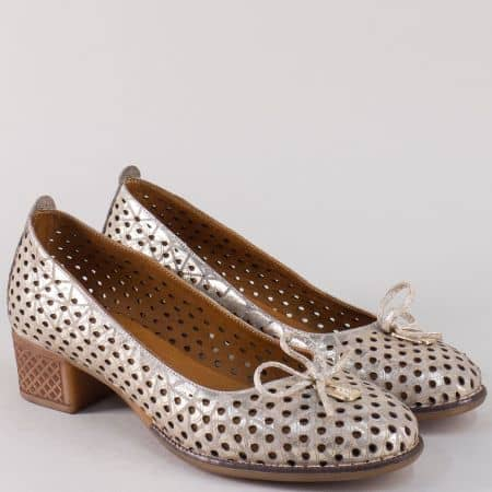Златисти дамски обувки от естествена кожа с ефектна перфорация на среден ток nn21zl