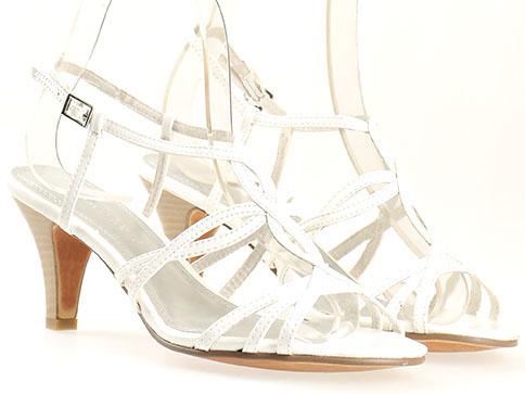 Дамски елегантни сандали в бял цвят с нежно преплетени каишки и катарама на немската марка Маrco Tozzi  228302lb