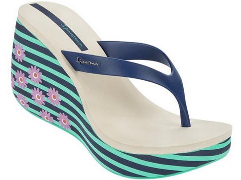 Комфортни бразилски дамски чехли  Ipanema на платформа, изпълнени в син цвят с флорални мотиви на ходилото 8156941073