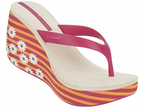 Комфортни бразилски дамски чехли Ipanema на платформа, изпълнени в цикламен цвят с флорални мотиви на ходилото 8156941074