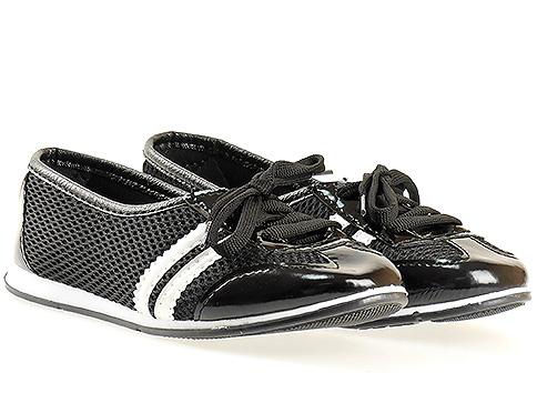 Меки и удобни спортни дамски обувки с връзки, изпълнени в черен цвят със сребърни ленти 080615chb