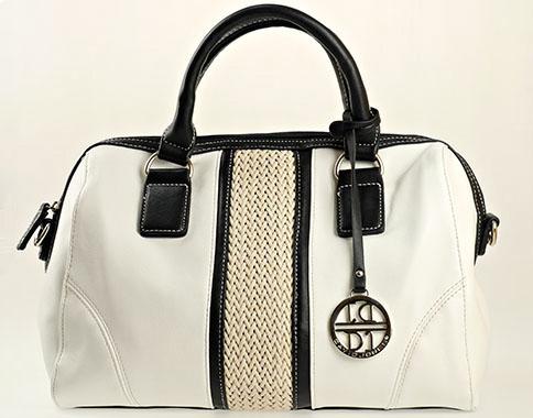 Уникален модел френска дамска чанта с лого на марката, изпълнена в бяло - черна цветова гама cm2630ch