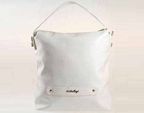 Актуален модел практична всекидневна дамска чанта, тип торба в бял цвят  s1070b