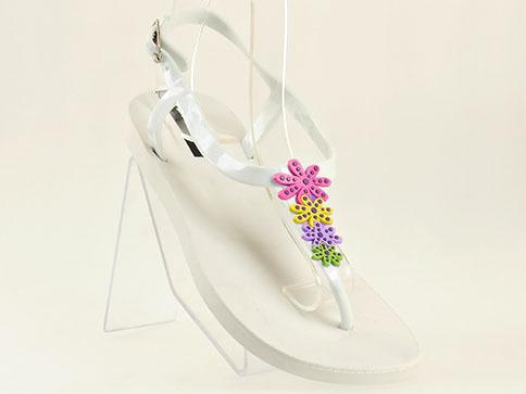 Модерни дамски сандали GRAND ATTACK в бял цвят с интересни цветни цветя 3640b