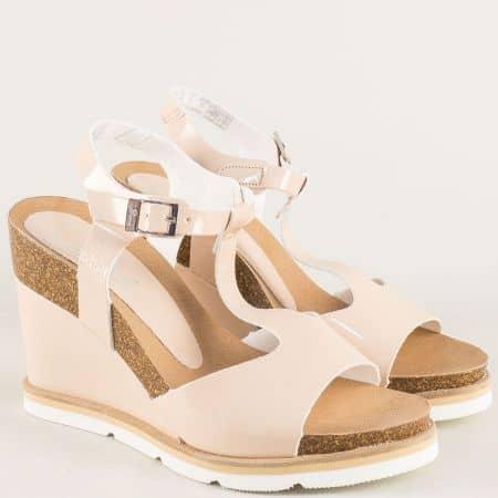 Бежови дамски сандали от естествен лак на платформа simi003bj