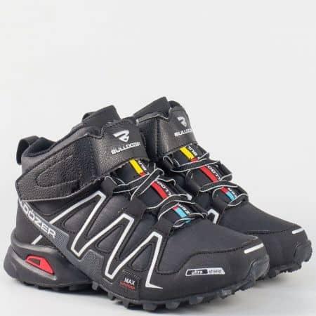 Детски удобни маратонки с връзки и лепенка в сиво и черно v62331-35chsv