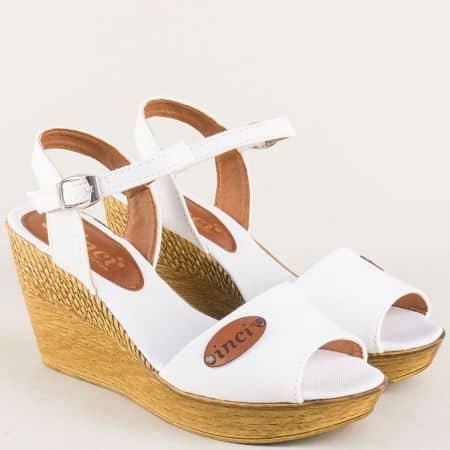Дамски сандали в бяло на комфортна и стабилна платформа с каишка около глезена 020617b