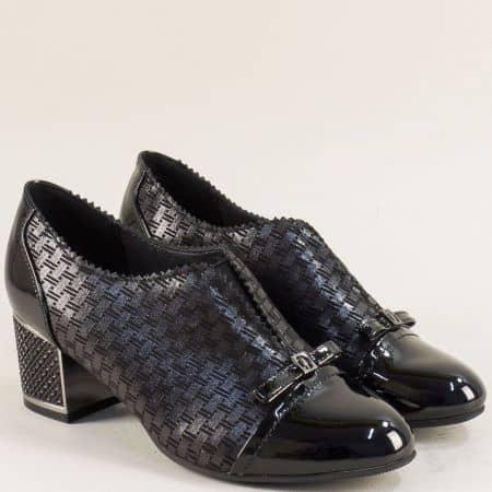 Черни дамски обувки на среден ток в лак и кожа 028625ch