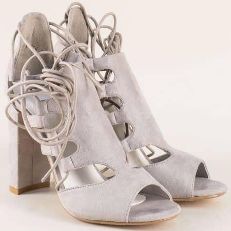 Дамски сандали на висок стабилен ток и връзки в сив цвят 0812126vsv