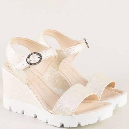 Златисти дамски сандали с катарама на платформа 100760zl