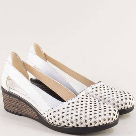 Дамски обувки в бяло с перфорация на клин ходило 10020450b