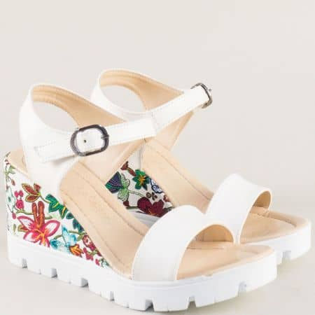 Бели дамски сандали на платформа с пъстър принт 100760bps