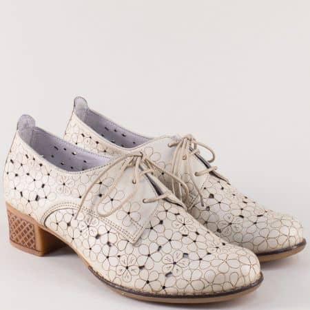 Кожени дамски обувки в бежов цвят накаучуково ходило със среден ток 10661058bj