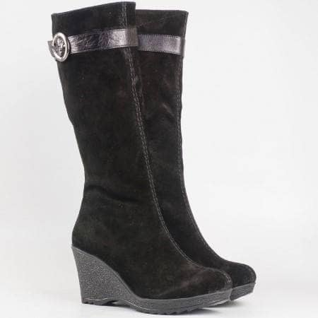Дамски комфортни ботоши от естествен велур и топъл хастар на клин ходило в черен цвят 109vch