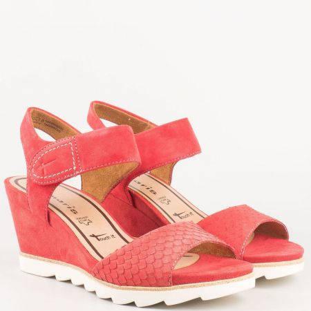 Дамски червени сандали на клин ходило от естествена кожа и велур с кожена мемори стелка на немският производител Tamaris 128302vchv
