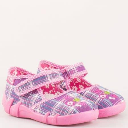 Български текстилни обувки в розово каре с лепказа момиче от антибактериални дишащи материали с естествена мемори стелка 13105rz