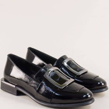 Дамски обувки от естествен черен лак с ефектна катарама на комфортно ходило 1541lch