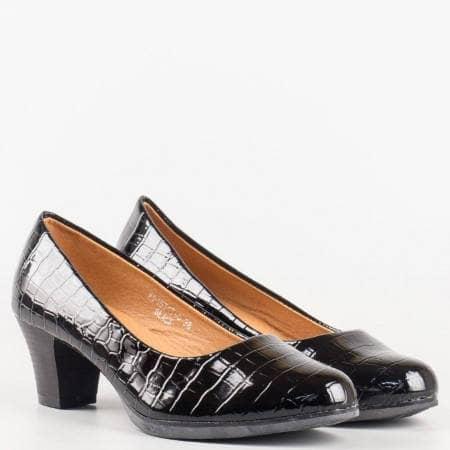 Лачени дамски обувки на среден ток с кроко принт в черен цвят 157175klch