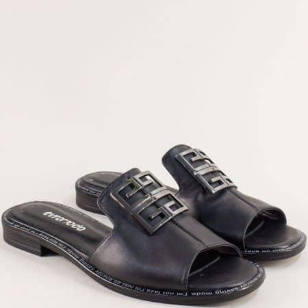 Кожени дамски чехли в черен цвят на равно ходило 160129ch