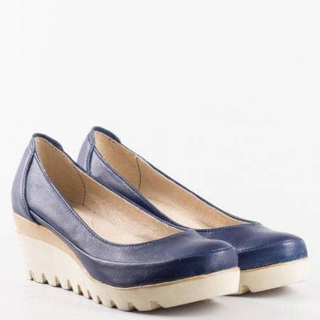 Комфортни дамски обувки с удобна платформа, българско производство в тъмно син цвят 16915431s
