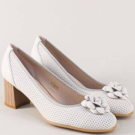 Дамски обувки на комфортен среден ток от естествена кожа в бяло 17025b