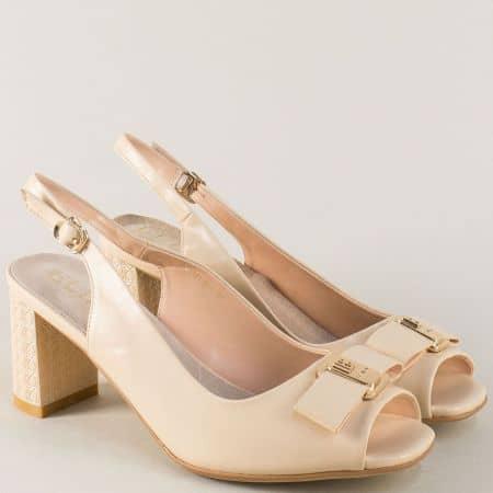 Стилни дамски обувки в бежов цвят на стабилен висок ток 175741bj