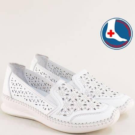 Кожени дамски обувки на платформа с перфорация в бяло 1901774b