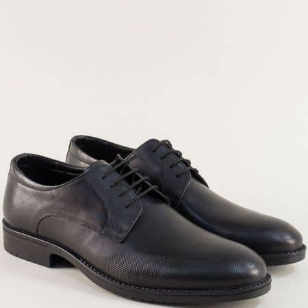 Кожени мъжки обувки с декоративен перфо мотив в черно 19102ch