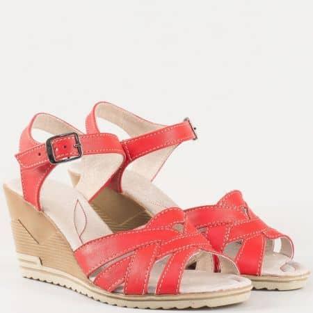 Дамски сандали за всеки ден произведени от изцяло естествена кожа на водещ български производител в червено 20215462chv