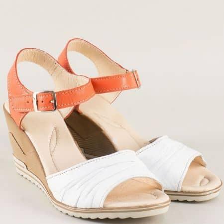 Кожени дамски сандали в бяло и оранж на клин ходило 23915462o