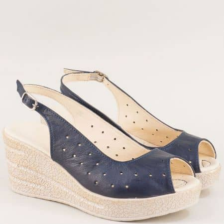 Перфорирани дамски сандали на клин ходило в синьо 24396145s