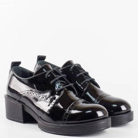 Черни лачени обувки от естествен лак с връзки и декорация от лазерна перфорация 24501lch