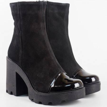 Удобни и красиви дамски боти от естествен велур в черен цвят със стилно допълнение  от естествен лак на стабилен ток с платформа 24581vch