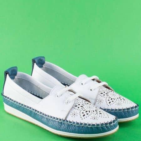Кожени дамски обувки в бяло и синьо на равно ходило 3012606bs