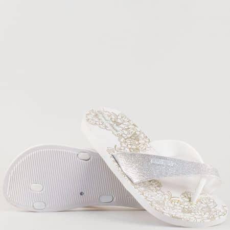 Дамски джапанки с флорални мотиви на комфортно ходило в бял цвят 30142-40b