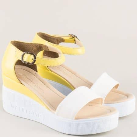 Дамски сандали със затворена пета в жълто и бяло на платформа 30753jb
