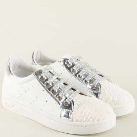 Дамски спортни обувки с връзки в бяло и сребро 308003b