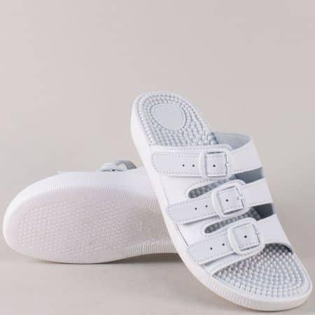 Дамски чехли с бодлички и каишки с катарама в бял цвят 317b